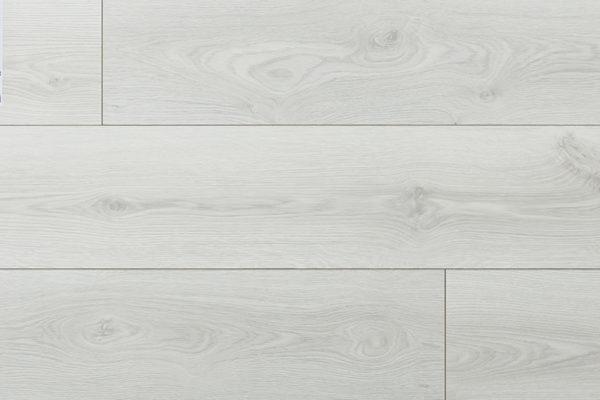Ламинат Дуб Адамас My Step производится в Европе на заводах швейцарской группы SWISS KRONO. Имеет плиту высокой плотности и высокий 33 класс коммерческой износостойкости. Собирается на замке без крепления к основанию. Дополнительно рекомендуем приобрести подложку.